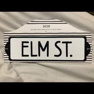 Metal Elm St sign